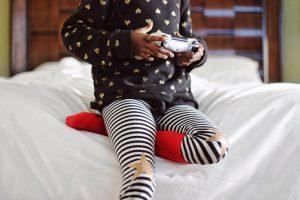 子どもがゲームをする様子